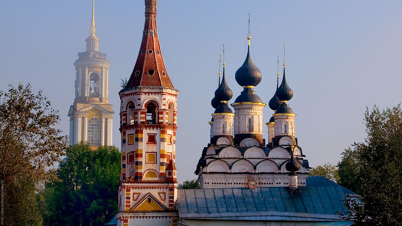 A Rússia faz fronteira com mais de 10 países. Territorialmente falando é o maior país do globo, e está no rol dos destinos mais procurados deste ano, é evidente, devido recentemente ter sediado um dos maiores eventos esportivos do planeta, a Copa do Mundo de Futebol 2018.