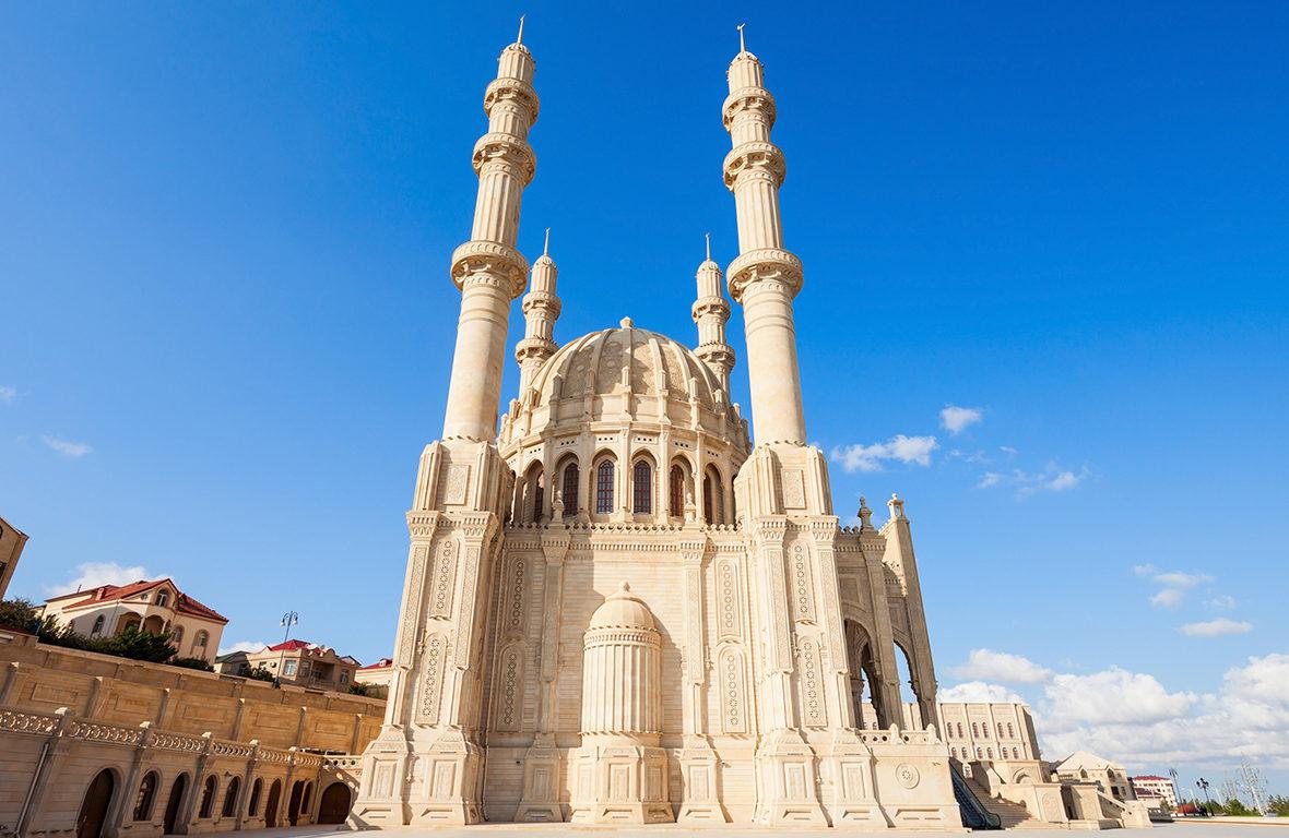 Conheça Baku, a capital que reúne o moderno e o antigo, no Azerbaijão
