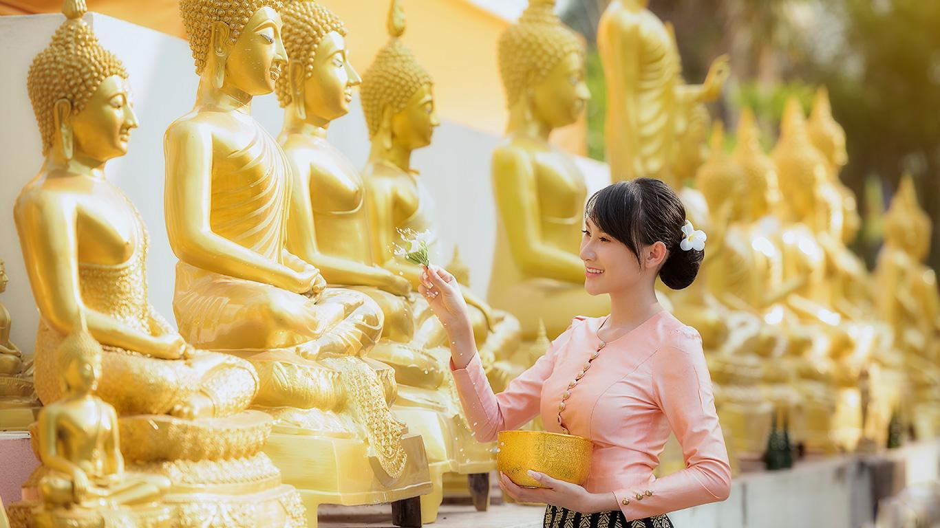 """Se no Brasil """"o ano novo começa só depois do carnaval"""", na Tailândia, o Ano Novo é festejado apenas em abril. Literalmente. O país segue o calendário budista, que está a 543 anos à frente do gregoriano. Portanto, em 2019 a Tailândia dará entrada ao ano de 2562."""
