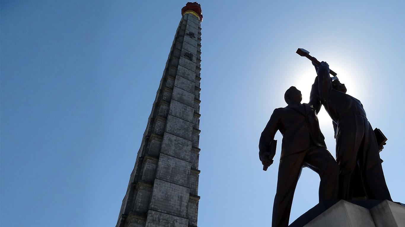 """Além desta exibição, tudo ali parece ser pensado para apresentar as benesses do regime comunista ditatorial que, há três gerações (desde o fim da 2ª Guerra Mundial), toma conta do país. No entanto, após a extinção da antiga União Soviética, a Coreia do Norte vem experimentando um declínio econômico e, na mesma medida, tornado-se uma das nações mais fechadas do mundo. Apesar disso – ou, talvez, exatamente, por isso – possui um quê de mistério que atrai turistas dispostos a desvendar o que se esconde por ali. Mas, antes de começar a pensar em visitar o país é muito importante ter claro que não é possível desbravá-lo livremente, indo a qualquer lugar que se deseje. Sozinhos ou em grupo, os visitantes não podem andar desacompanhados. E são dois guias à disposição: um designado pela agência contratada e, outro, pelo governo. A boa notícia é que, apesar de parecer impossível entrar neste território, há agências especializadas em realizar todos os trâmites para a visita. Outro ponto é que o itinerário necessita ser previamente aprovado e tanto as atrações que podem ser visitadas quanto os hotéis onde se hospedar (todos de categoria superior) não são escolhidos pelo viajante, mas pelas autoridades. A rotina de passeios costuma incluir estátuas, monumentos, espetáculos, museus, fábricas e até fazendas, na capital e outras cidades. Tudo isso visa transmitir a quem está de fora a impressão de que o """"país funciona"""" ao contrário do que divulga a mídia mundial. Invariavelmente, o passeio começa pela capital, Pyongyang, e entre as atrações """"obrigatórias"""" na cidade são: Grande Casa de Estudos do Povo: a Biblioteca Nacional da Coreia do Norte. A instituição possui mais de 30 milhões de livros, salas de estudos, computadores com acesso a sites apenas autorizados pelo governo, entre outros serviços. O local ainda oferece cursos de inglês, chinês, russo e alemão, todos gratuitos. Praça Kim Il-sung: cheia de símbolos que exaltam a pátria e seu regime comunista, é um espaço em que os loc"""